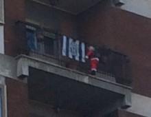 "L'immancabile Babbo Natale ""da balconata""…"