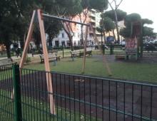 """Re di Roma: parco con """"scheletri"""" di giochi"""