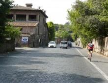 Appia Antica: nomadi rubano un'auto, inseguimento a folle velocità