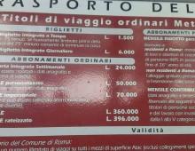 Linea 87: il cartello indica i prezzi in Lire