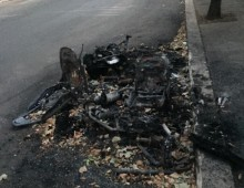 Via Latina: è ancora li l'auto bruciata davanti l' Ada Negri