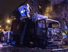 Via Acqui: incendio distrugge camion dell'Ama, palazzi invasi dal fumo