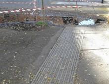 Via Taranto: la pista per non vedenti che li guida dentro la buca d'acqua