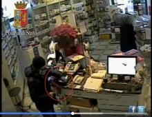 [Video] – Tuscolano: rapina farmacia con sciarpa e cappello della Lazio