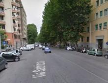 Via Satrico: aggredisce passante e gli ruba il portafoglio