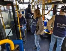 Aggressione sul bus 85, sorpreso senza biglietto prende a pugni una donna controllore