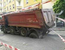 Mercato Alberone: ruote del camion sprofondano nell'asfalto