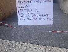 """La Chiusura della fermata metro San Giovanni e il cartello """"creativo"""" per turisti e pendolari"""