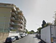 Via Umbertide: uomo si getta dal terzo piano