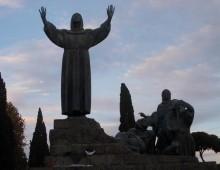 La statua di San Francesco in piazza San Giovanni