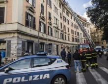 Piazza Re di Roma, si stacca un pezzo di cornicione, ferita una ragazza