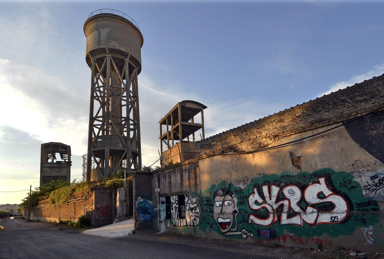 28/08/2013 Roma. Quartiere Ostiense. Veduta da riva Ostiense: impianti industriali in rovina, primi '900.