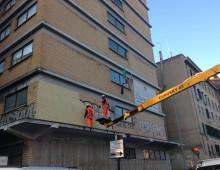 """Pulizia affissioni abusive e scritte vandaliche sulla facciata del liceo """"Darwin"""""""