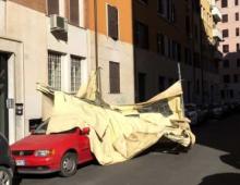 Furio Camillo: gazebo prende il volo e si schianta su due autovetture