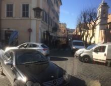 San Giovanni, furgone parcheggiato male blocca il traffico per 25 minuti