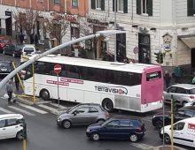 Alberone: pullman contro semaforo, un ferito