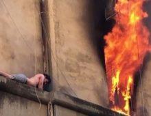 L'incendio di via Niso provocato dallo stesso giovane sospeso sul cornicione. Morto il suo cane