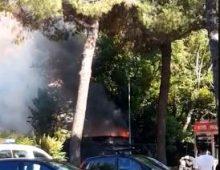 Incendio a Villa Lazzaroni, in fiamme il deposito del servizio manutenzione