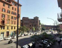 Via La Spezia: calci e pugni in strada alla compagna davanti al figlio