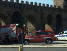 Blocco di tufo si stacca da Porta San Giovanni: strada transennata