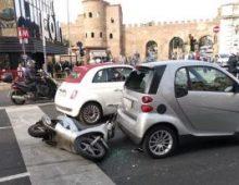 Piazzale Appio: tampona con scooter una smart e sfonda il lunotto con la testa