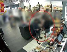 Via Magnagrecia: ladro maldestro, ruba in cassa e lascia il cellulare alla titolare della tabaccheria