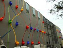 Tragedia sfiorata davanti ad Happio, chiocciola gigante si stacca dalla parete del centro commerciale