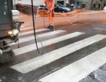 Via Satrico: finalmente si interviene per ripulire la perdita d'olio