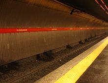 San Giovanni: ragazza si butta sotto la metro ma rimane miracolosamente illesa