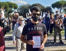 San Giovanni:  l'agenzia di pompe funebri Taffo distribuisce volantini alla manifestazione dei no mask