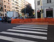 Via Acaia: macchia d'olio sull'asfalto, tratto chiuso da una settimana