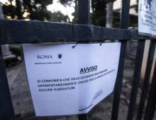 Villa Celimontana chiusa a causa degli storni. Guano e rami caduti.