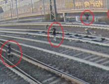 Appio: selfie sui binari: la sfida folle dei ragazzini prima dell'arrivo del treno