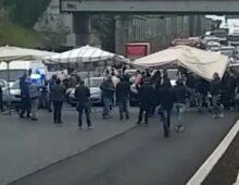 Raccordo altezza Ciampino: ambulanti bloccano le carreggiate, traffico in tilt