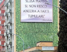 Via Monza: il cartello choc di un figlio disperato