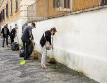 I cittadini della coperativa Tranvieri ripuliscono i marciapiedi di via Orvieto