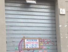 Via Montepulciano, la pescheria con tre mesi di ferie
